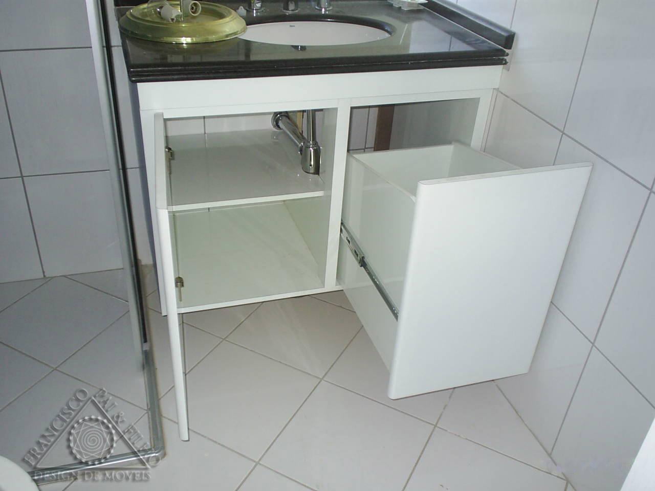 Francisco Pai & Filho Gabinete de Banheiro com Cesto de Roupa -> Armario De Banheiro Planejado Com Cesto De Roupa