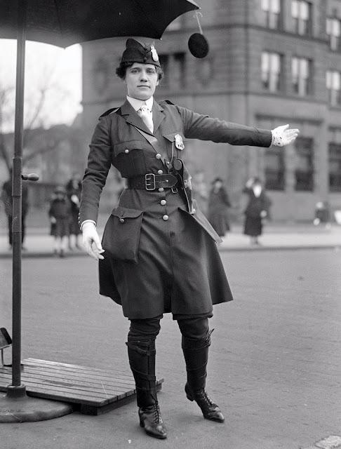 Leola N, King - ოირველი ქალი პოლიციელი ამერიკაში, რომელიც მოძრაობას აწესრიგებს. ვაშინგტონი, 1918
