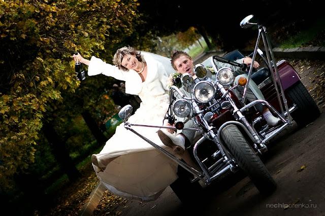 жених и невеста на мотоцикле