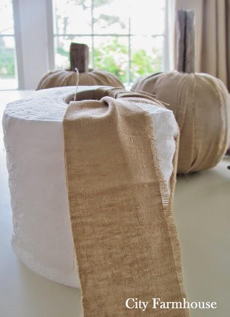 Calabazas de tela, palos y rollo de papel higiénico para decorar en Halloween3