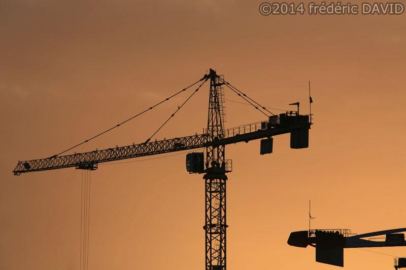 silhouette soir grue chantier travaux construction Seine-et-Marne