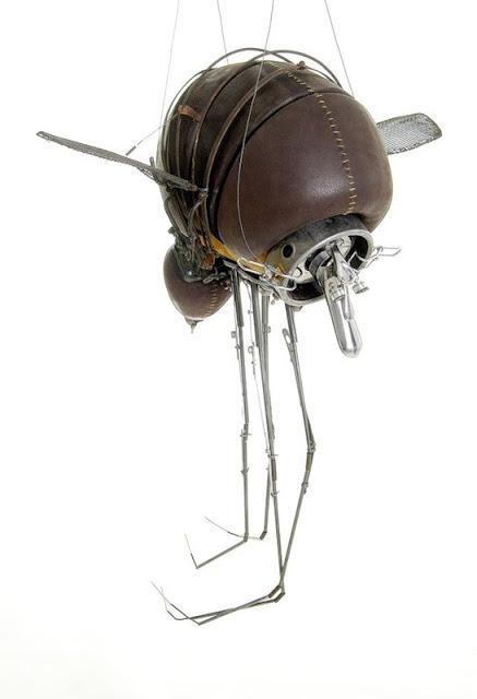 насекомое из хлама и другого мусора скульптура