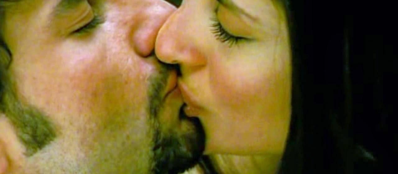 Kareena Kapoor Kissing Video