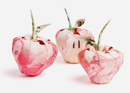 Origami dari uang kertas yang dibentuk menyerupai buah-buahan