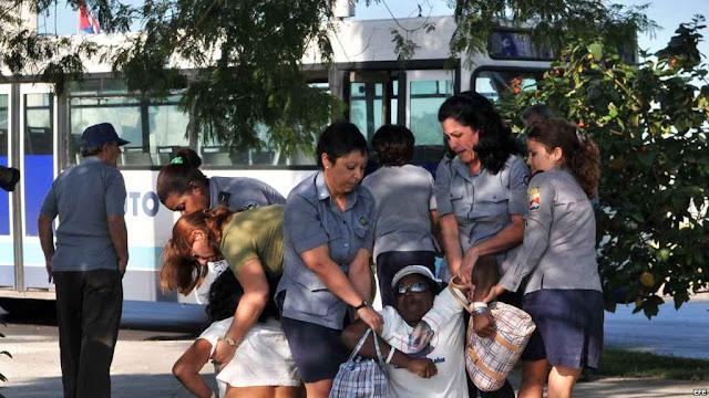 As cenas da repressão se repetem, mas o regime sente as costas quentes.