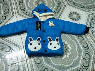 Thiết kế rất dễ thương với mũ hình tai thỏ và túi áo hình gấu trắng