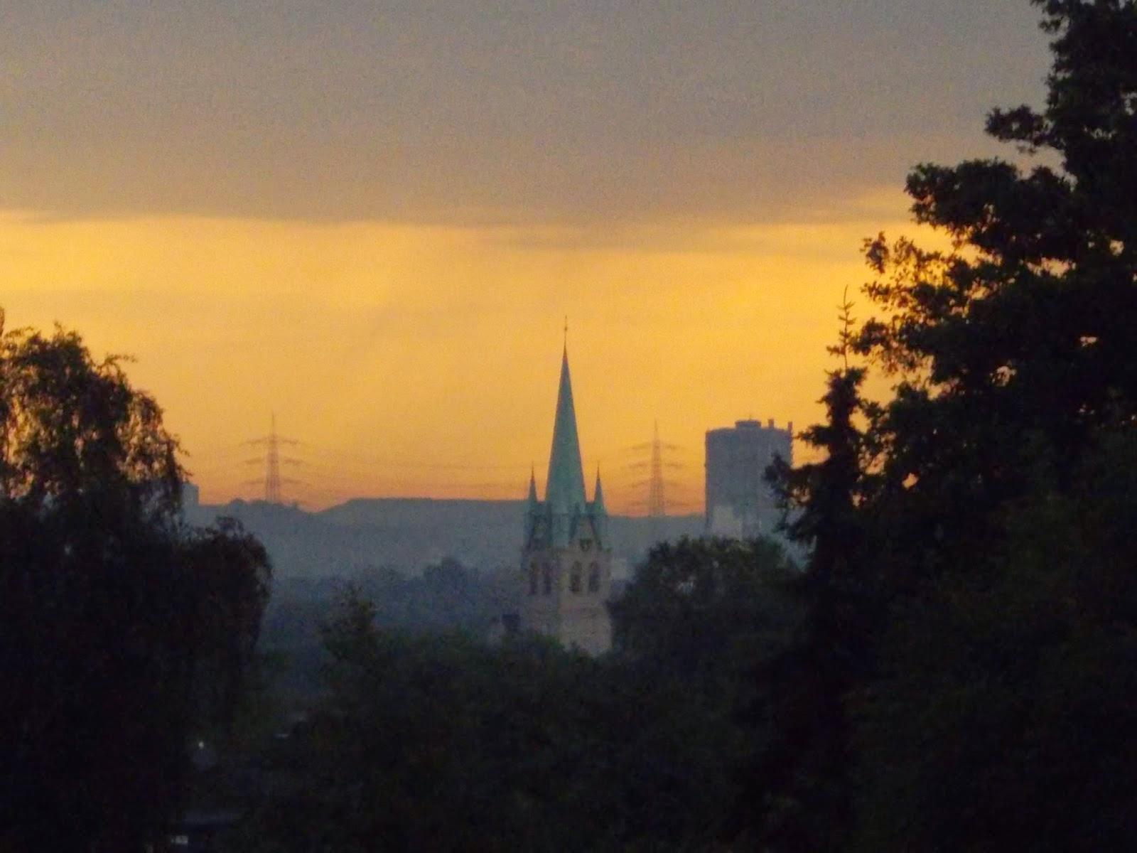 Auch unter dem gewittrigen Himmel am 20 Juni 2013 macht der hohe schlanke Turm von St Michael durchaus einen imposanten Eindruck