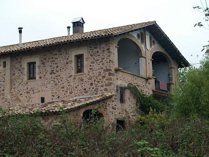 La façana de migdia de l'Arboç Gros, amb unes arcades d'arc rebaixat al primer pis