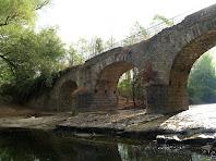 El Pont de Targarona de tres arcs desiguals, de punt rodó, sobre el riu Ges