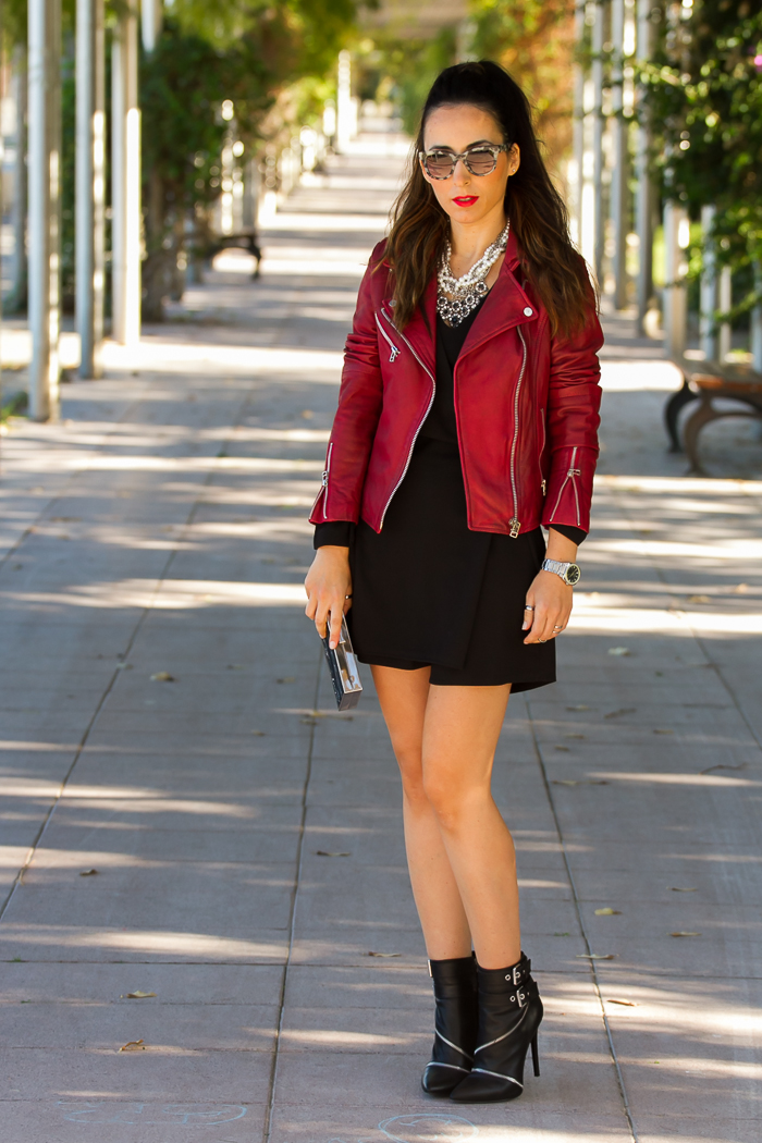 Ideas outfit look para Navidad con mono short de Zara y chaqueta perfecto de cuero roja de Mango