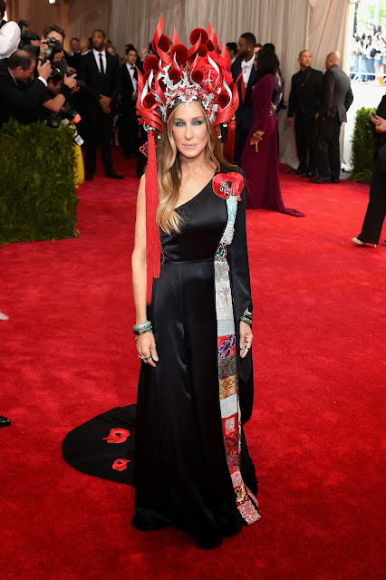Sarah Jessica Parker in H&M designed by Sarah Jessica Park and a Phillip Treacy headpiece