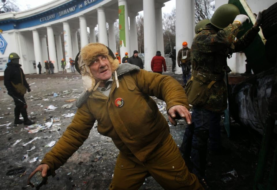 Главное оружие демонстрантов - булыжник.