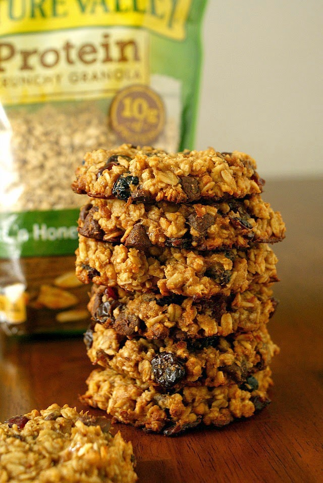 Granola Breakfast Cookies   A healthy way to start the day, made with no flour, no eggs, no butter, and no oil.   thetwobiteclub.com   #ad #NatureValleyGranola