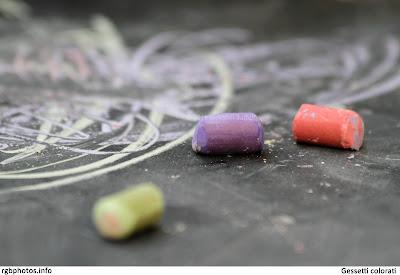 Fotografia di gessetti colorati su lavagna