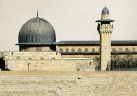 Kulu Muhammed (S.A)'i bir gece Mescidi Haram'dan, kendisine bir kısım âyetlerimizi göstermek için, çevresini mübarek kıldığımız Mescidi Aksa'ya götüren Allah her türlü noksanlardan münezzehtir. Şüphesiz ki O,Semî'dir, Basîr'dir…