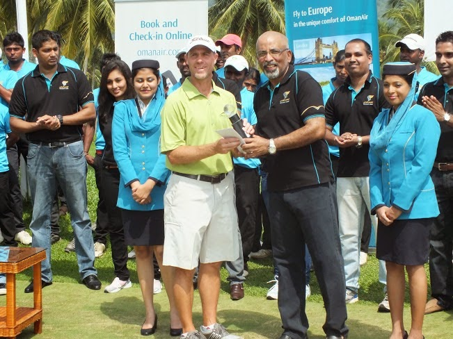 Joeff Campbell, Gents Gross Winner receiving his trophy from Gihan Karunaratne, Country Manager for Sri Lanka and Maldives, Oman Air.