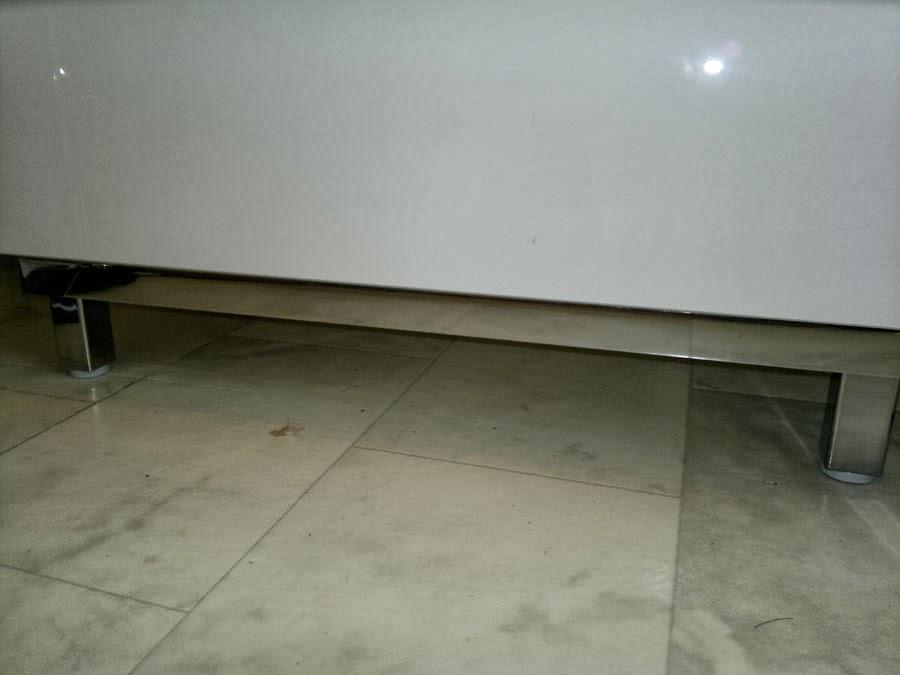 Snyggt underrede i blank metall. Snyggare än om bara står på golvet.