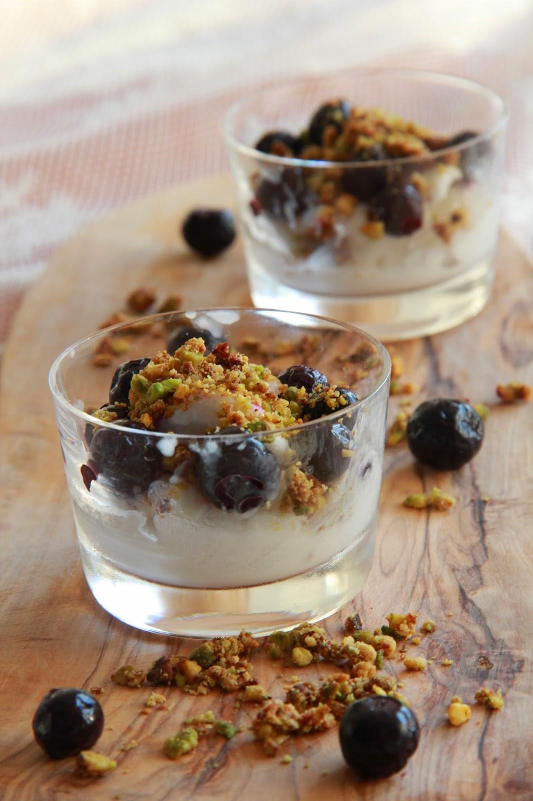 Kokosijs met pistachecrumble en blauwe bessen - www.desmaakvancecile.com
