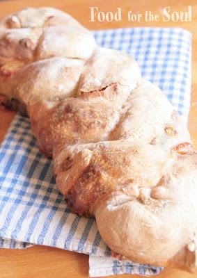 Treccia di pane-pizza con ripieno trigusto: appena sfornata