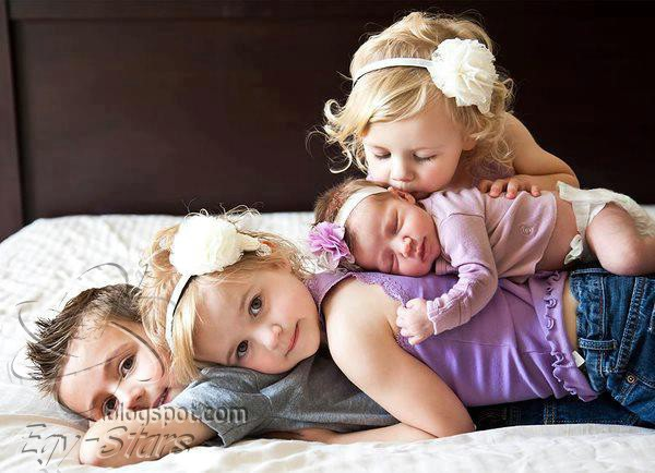 طفل - اخوات -بنات -قمر