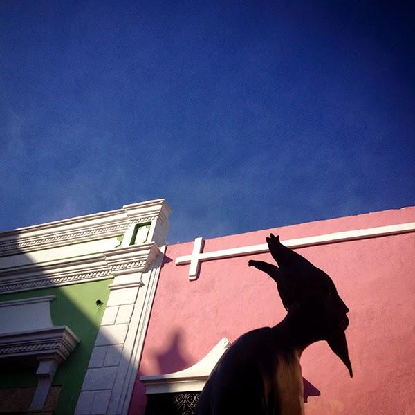 Una escultura de la artista surrealista Leonora Carrington decora una calle de Campeche, Yucatán