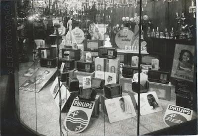 Escaparate de Electrogás Gijón con exposición de radios