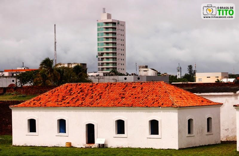 Fortaleza de São José de Macapá e edifício moderno de Macapá, no Amapá