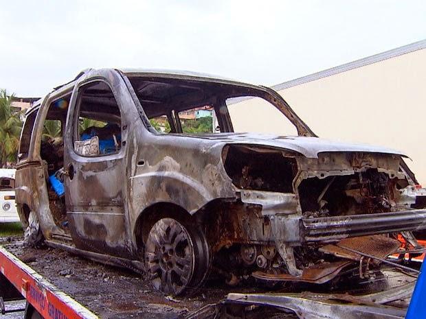 Carro ficou totalmente destruído pelo fogo (Foto: Adenilton Santos/TV Bahia)