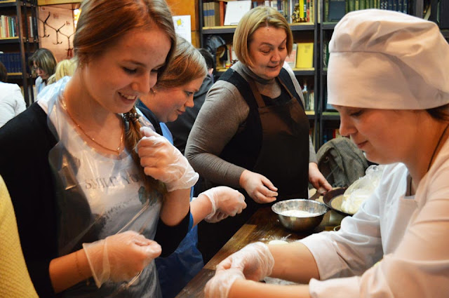 В «Вареничной № 9» Любови Корниловой прошёл первый в этом сезоне мастер-класс по приготовлению вареников, кундюмов и их японских собратьев гёдзов