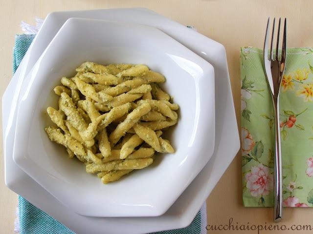 Delicioso macarrão com molho de abobrinha e ricota