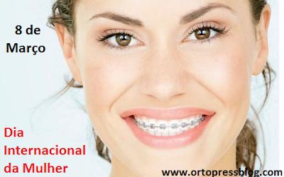 sorriso de mulher com aparelho ortodontico