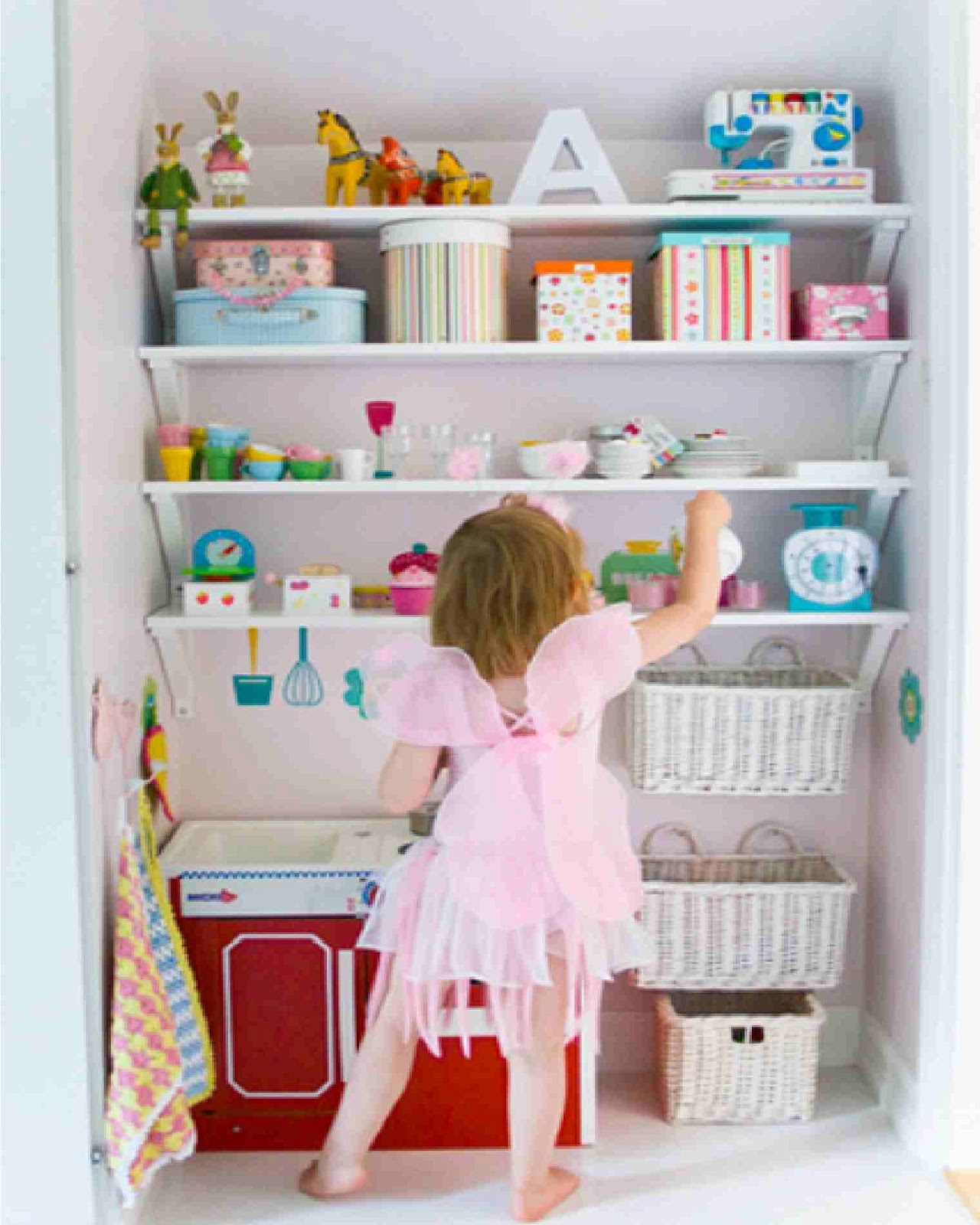 Organizing kids rooms 4 top tips to organization your for Shelving for kids room