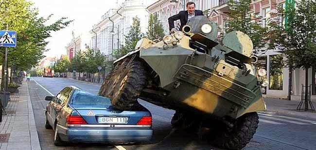 شاهد سحق سيارات المخالفة بدبابة في ليتوانيا