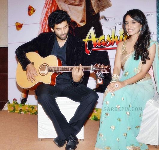 Shraddha-kapoor-saree-with-Adithya-Roy-kapoor-Aashiqui-2-music-launch