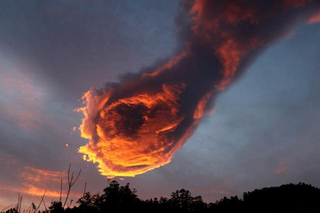 Bizarre Cloud Formation Appears in Skies Above Portugal, People Call It 'The Hand Of God'
