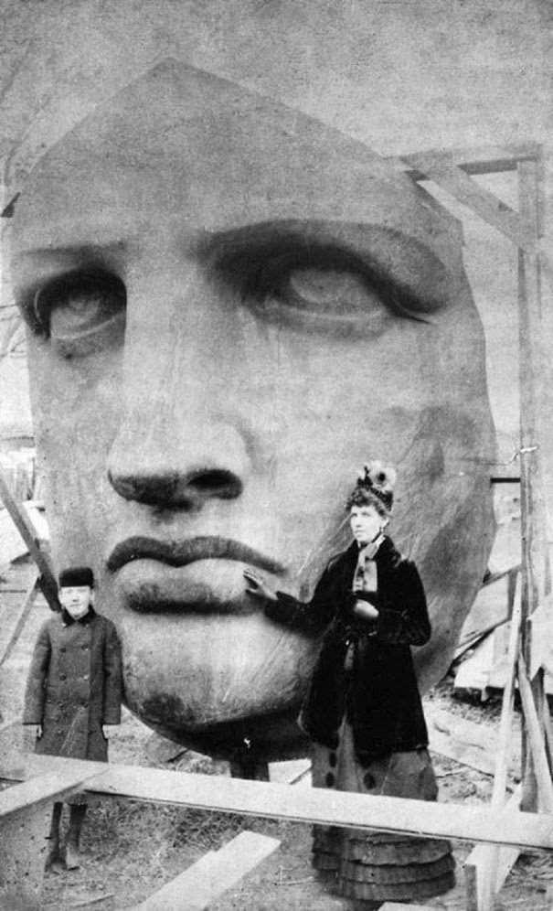 40 Must-See Photos Of The Past - Unpacking the head of the Statue of Liberty, 1885