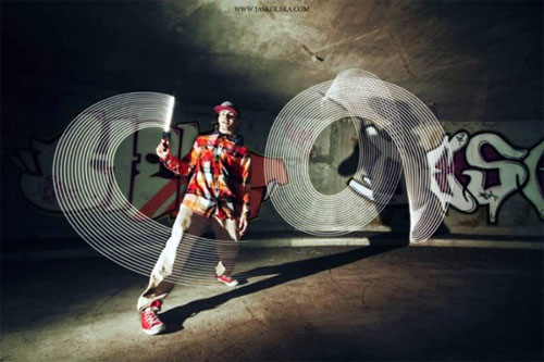 ブレイクダンスとライト・ペインティングを組み合わせてダイナミックでショッキングな画像