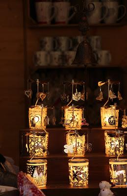 Lichter an einem Stand am Weihnachtsmarkt Arco