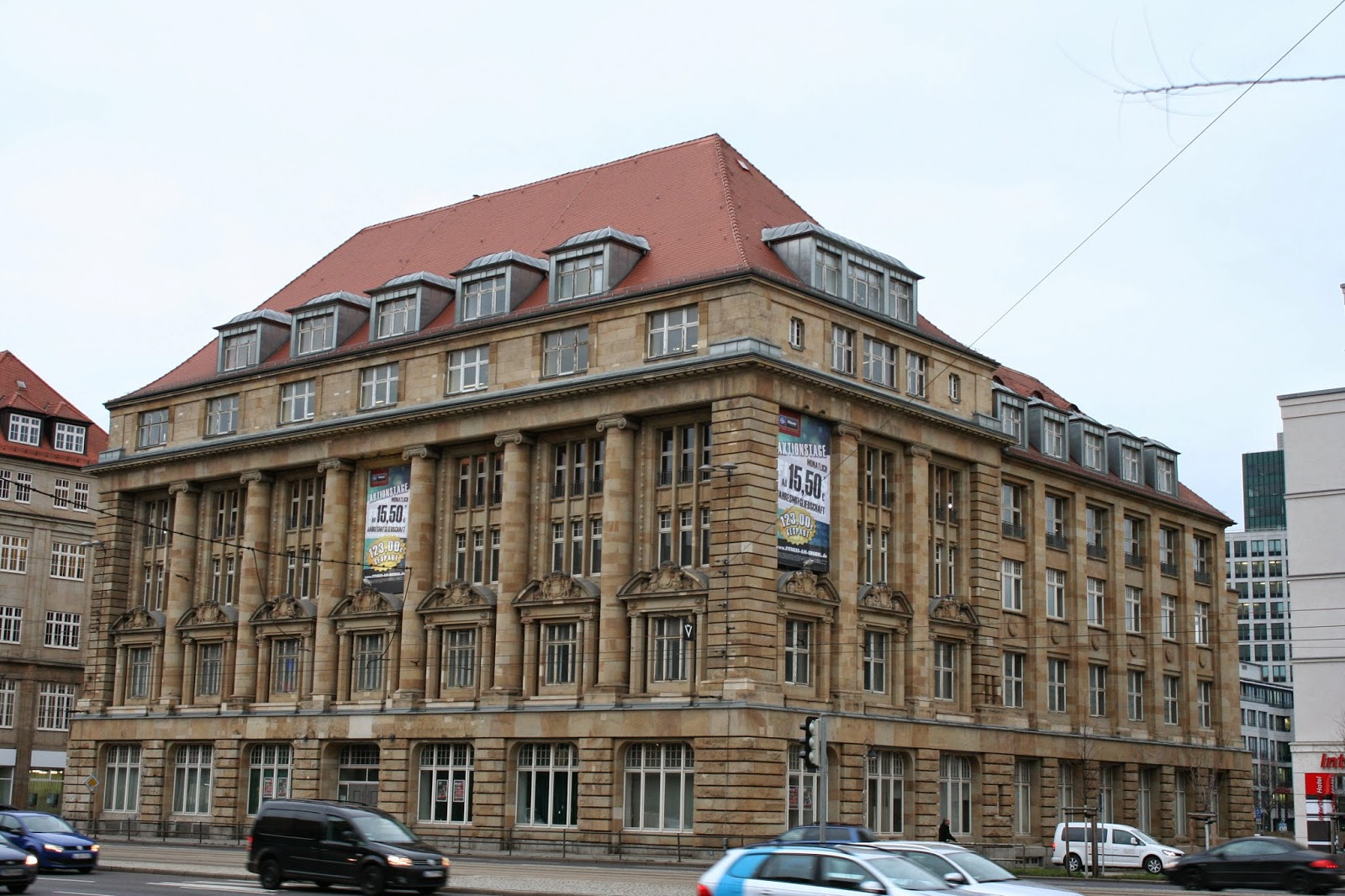 """Zu DDR Zeiten wurde das Haus als Genossenschaftsbank genutzt - kurz nach der deutschen Wiedervereinigung fand das Gebäude als """"Landratsamt Leipziger Land""""  Verwendung - nach einer Renovierung wurde dieses geschichtsträchtige Haus wieder zugänglich gemacht - momentan befindet sich neben einem Fitnessclub eine Eventlocation im Alten Landratsamt"""
