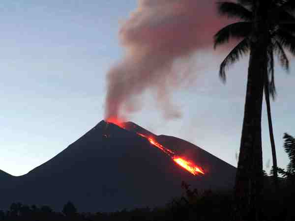 Sciency Thoughts: Mount Soputan, Sulawesi, erupts.