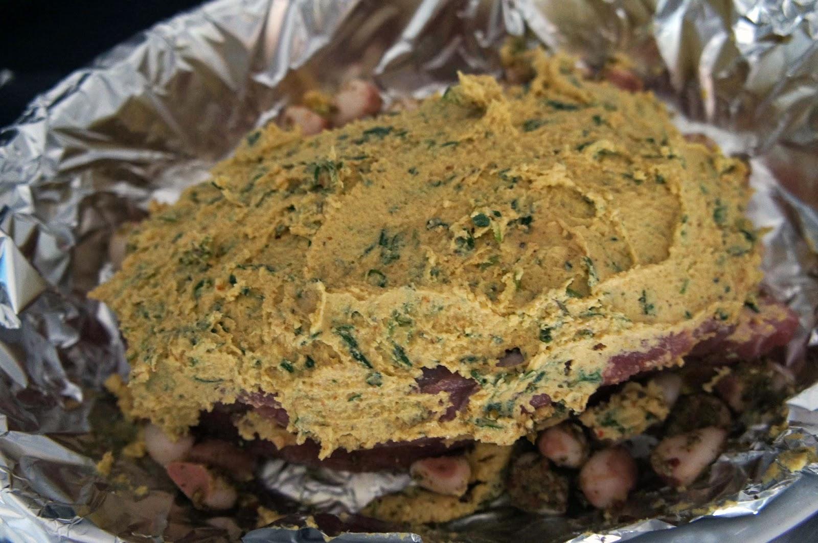 Picanha suína assada temperada com mostarda e ervas