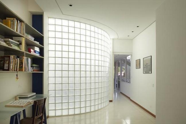 escritório com tijolo de vidro