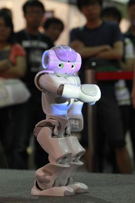 Фото СИНЬХУА\Укринформ: робот на выставке