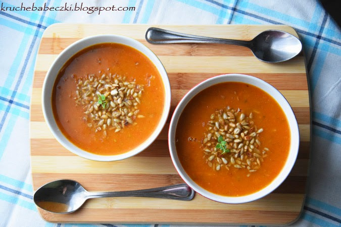 Zupa z pomidorami, cukinią i prażonym słonecznikiem