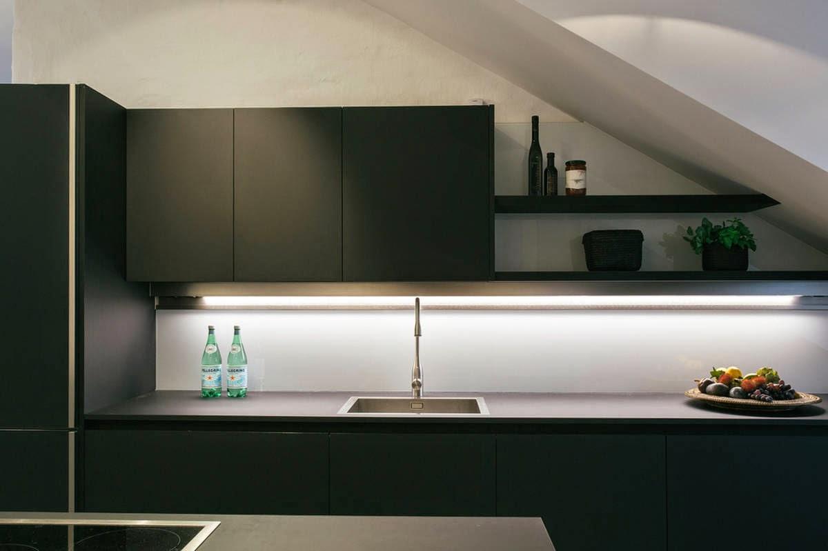 Minimalista cocina negra abierta y muy luminosa cocinas for Cocina blanca encimera negra