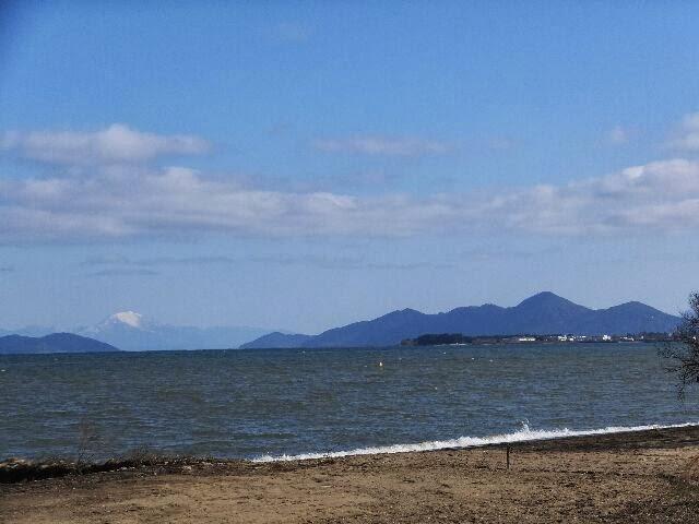 遥か遠方には湖面に浮かぶ伊吹山が見える。