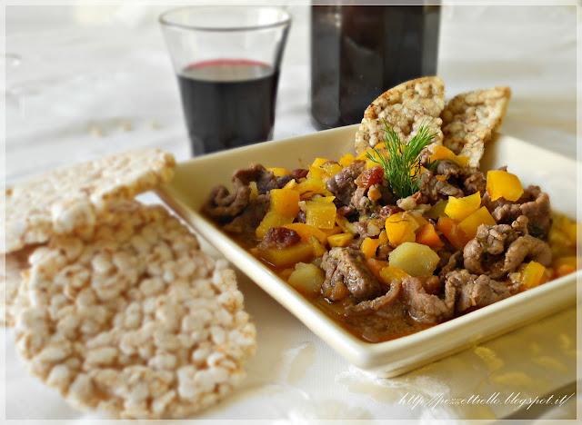 Straccetti di vitello con verdure e gallette di riso