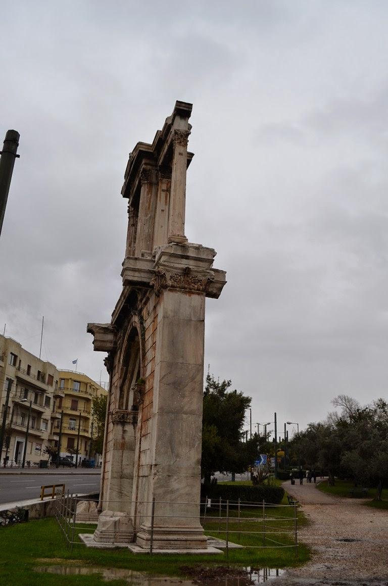 I viaggi di raffaella un imperatore ad atene adriano for Antica finestra a tre aperture