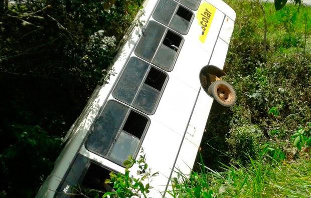 Ônibus que lelava professores para escola cai em ribanceira na BA-093, em Pojuca (Foto: Juarez Soares)