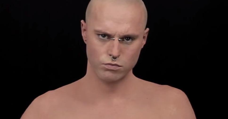 Prévia do vídeo do cara com o corpo todo tatuado.